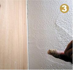 ふるった粉を指でクラックの中にすり込む